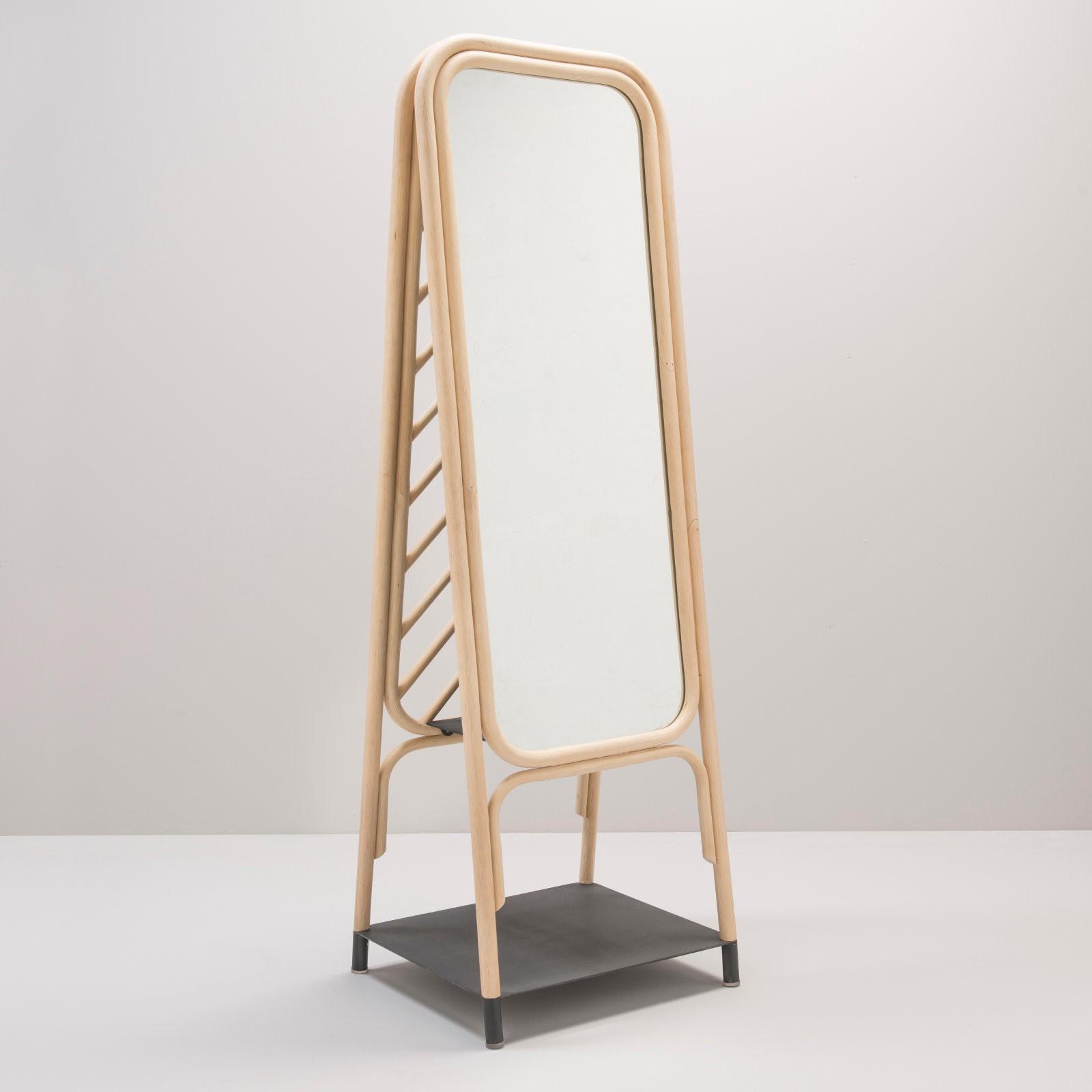Miroir sur pied en rotin design PANÔ par le studio AT-ONCE