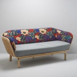 Canapé design en rotin et cannage dessiné par at-once ici avec le mix de tissu Idris et bleu clair