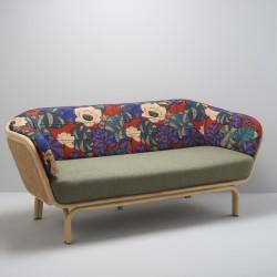 Canapé design BÔA avec structure en rotin et cannage, et tissu exotique Idris pour le dossier et vert clair pour l'assise